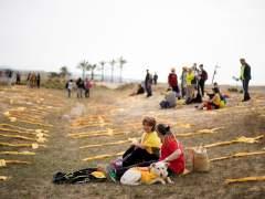 Los independentistas sustituyen las cruces por bufandas amarillas en la playa de Mataró