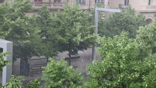 Una fuerte tormenta cae este sábado en la capital aragonesa.