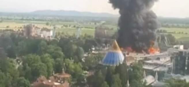 Un aparatoso incendio obliga a evacuar un parque de atracciones en Alemania