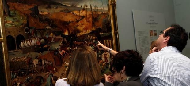 """El Museo del Parado ha presentado de la restauración de """"El triunfo de la muerte"""", de Pieter Brueghel el Viejo, considerada como la más significativa representación figurativa de la muerte en su acción demoledora, inspiración de muchas obras posteriores y que ahora vuelve a exponerse en sala."""