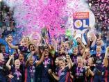 Las jugadoras del Olympique de Lyon celebran con el trofeo después de ganar la final de la UEFA Liga de Campeones Femenina contra el Wolfsburgo.