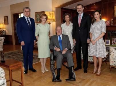 El rey Juan Carlos reaparece en silla de ruedas