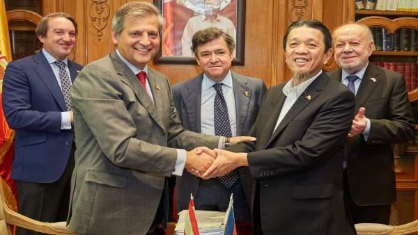 El empresario filipino Lucio Co firma con bodegas Williams & Humberrt
