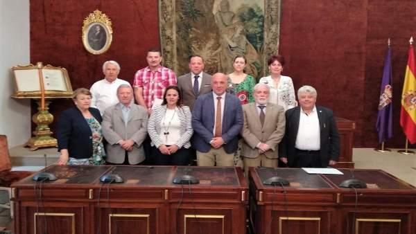 Ruiz y Barbero (centro), junto a representantes de asociaciones beneficiarias