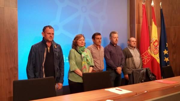 Isabel Elizalde con los representantes de UAGN, EHNE y UCAN