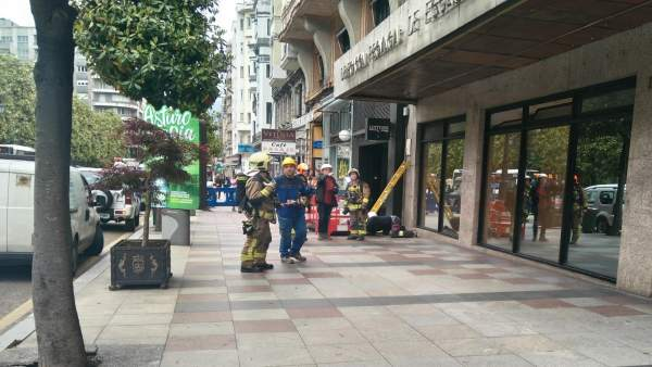 Bomberos de Oviedo en fuga de gas en la calle Uría
