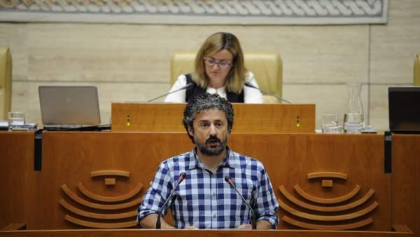 Eugenio Romero, en la tribuna del Pleno de la Asamblea
