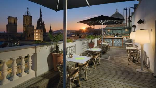 Terraza del hotel H10 Montcada con vistas a la Catedral de Barcelona.