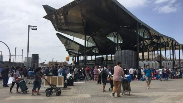 Imagen del pasado domingo 27 de mayo de 2018 del perímetro del Mercado de los Encants de Glòries tomado por los vendedores del 'mercado de la miseria'.