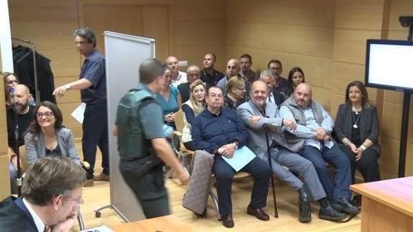 La jutge absol els membres d'España 2000 acusats d'amenaçar Oltra en la porta de la seua casa al no veure delicte