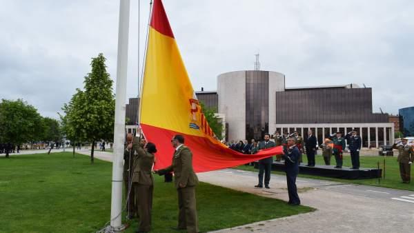 Homenaje en León a la bandera española.