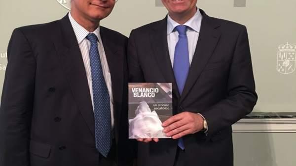Francisco Blanco (izquierda), junto al presidente de la Diputación de Salamanca.