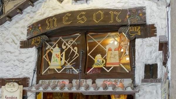 Entrada al restaurante centenario de Barcelona El Mesón del Café (1909).