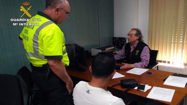 Imagen del detenido, en dependencias de la Guardia Civil