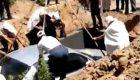 Un hombre es enterrado dentro de su amado coche