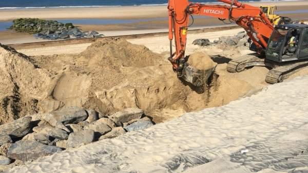 Obras de emergencia en la playa de Matalascañas.