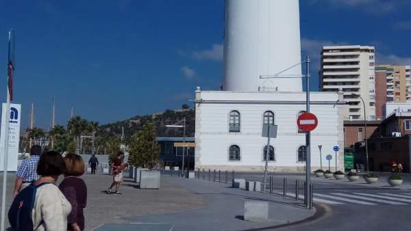 Farola málaga puerto faro perro visitantes gente turismo turistas animal