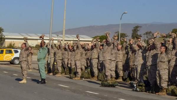 Legionarios en formación a su llegada al aeropuerto