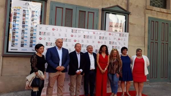 Alvarez, cuarto por la izquierda, junto a Yaisel Sánchez, secretaria en Alicante