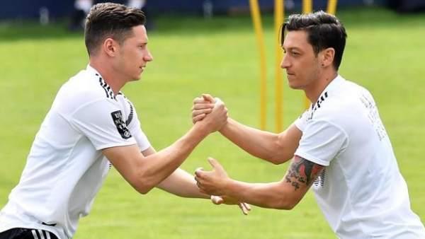 Draxler y Özil, en un entrenamiento con Alemania.
