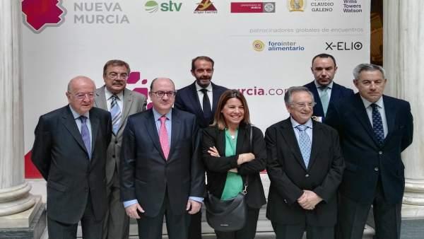 Foto familia del acto de Foro Nueva Murcia protagonizado por José María Roldán