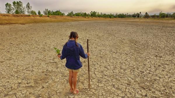 Una niña en una tierra seca.