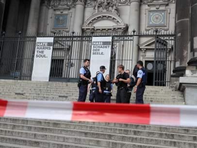 Varios agentes de la Policía alemana rodean, armados con ametralladoras, la Catedral de Berlín.