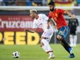 Diego Costa pugna un balón con Behrami