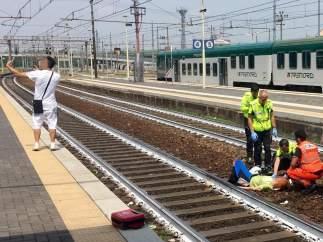 Un hombre se hace un selfie delante de la mujer atropellada en la estación de tren de Piacenza, Italia.