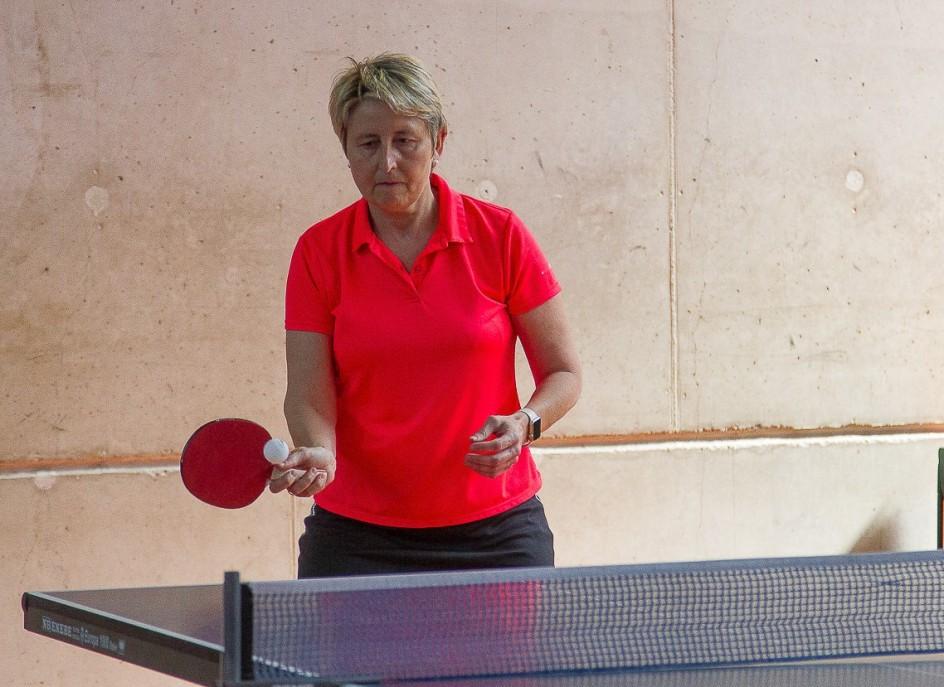 Elisa Balduz practica deportes como tenis de mesa.