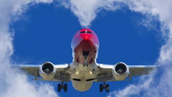 Avión de Norwegian cruza unas nubes con forma de corazón.