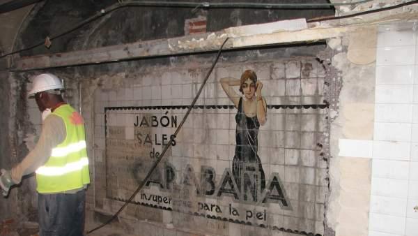 Anuncio descubierto durante las obras en la estación de Sevilla