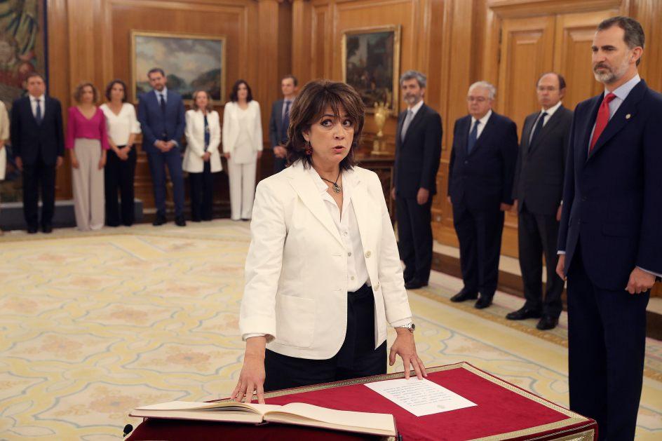 Delgado, la primera en prometer el cargo. Dolores Delgado ha sido la primera en prometer su cargo como nueva ministra de Justicia del Gobierno de Pedro Sánchez, ante Felipe VI.