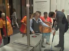 Tira su café y limpia el suelo: el cercano gesto del Primer Ministro Holandés