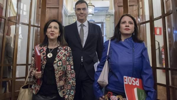 La ministra de Defensa y exportavoz socialista en el Congreso, Margarita Robles; el presidente del Gobierno, Pedro Sánchez, y la portavoz de PSOE en la Cámara Baja, Adriana Lastra.