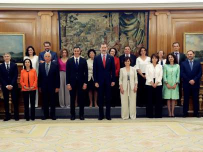 El Rey, en Zarzuela, junto al Gobierno de Pedro Sánchez.