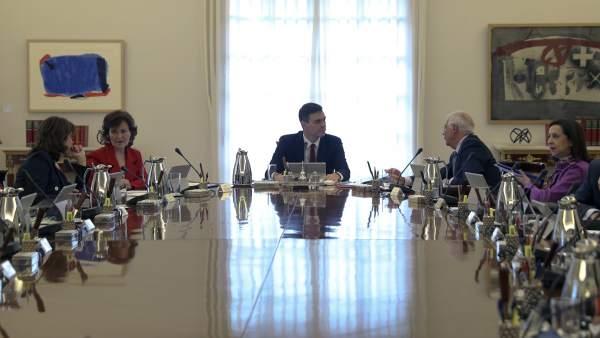 El presidente Sánchez, en el centro, al comienzo de la primera reunión de su Consejo de Ministros.