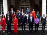 El presidente Sánchez, en el centro de la primera fila, rodeado por sus ministras y ministros, este viernes en la Moncloa.