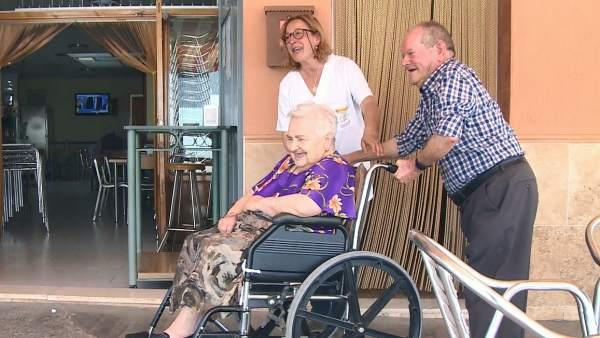 Cinco mujeres asisten a siete personas mayores, con problemas de movilidad, de este municipio de Los Serranos.