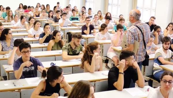 Alumnos antes de realizar la selectividad en la UPO