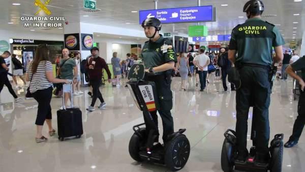 Dos agentes en un vehículo 'segway'