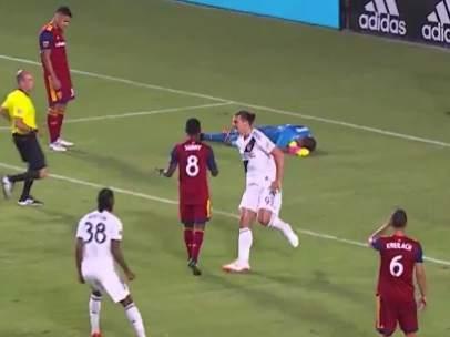 Ibrahimovic, delantero de Los Ángeles Galaxy, se encara con un rival.