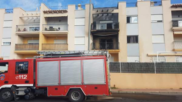 Imagen de los bomberos interviniendo en la vivienda