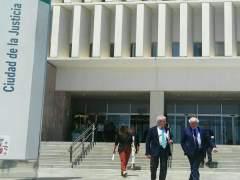 El director del CAC Málaga, Fernando Francés, y su abogado en los juzgados