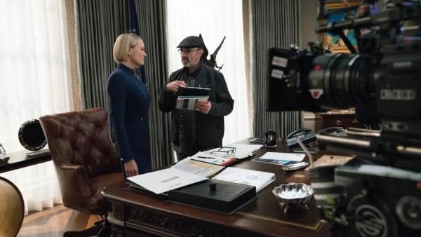 Robin Wright, junto al director Alik Sakharov, en el rodaje de la sexta temporada de 'House of Cards'.