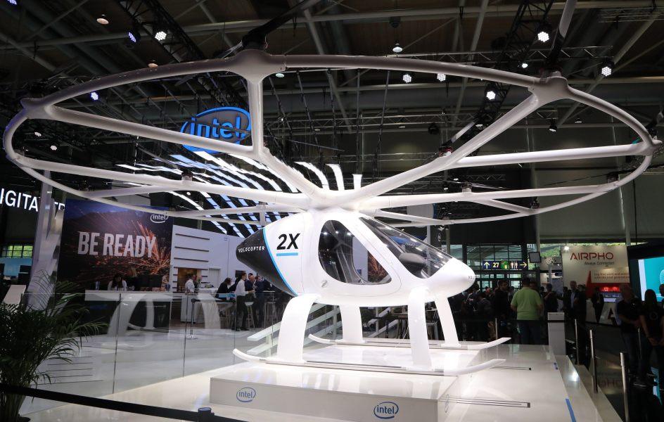 Taxi aéreo. El taxi aéreo Volocopter se exhibe en el pabellón de Intel en la feria de tecnología CeBIT, en Hannover (Alemania).