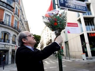 Ángel Gabilondo, candidato socialista a la Presidencia de la Comunidad de Madrid, durante una ofrenda floral con motivo del tercer aniversario del fallecimiento de Pedro Zerolo.