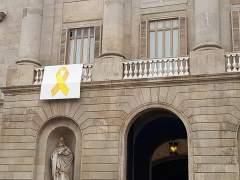 El gobierno de Barcelona denuncia ante la fiscalía a los manifestantes que intentaron quitar un lazo amarillo del Ajuntament
