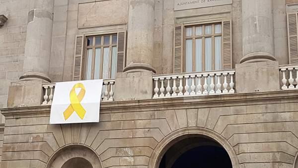 Lazo amarillo en el balcón del Ayuntamiento de Barcelona.