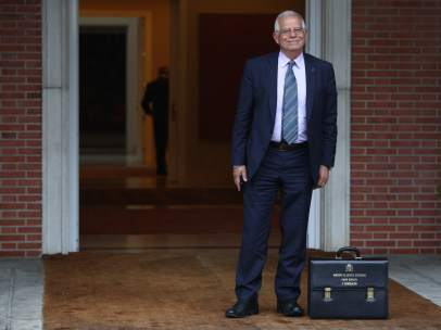 Borrell, ministro de Asuntos Exteriores, llega a su primer Consejo de Ministros.